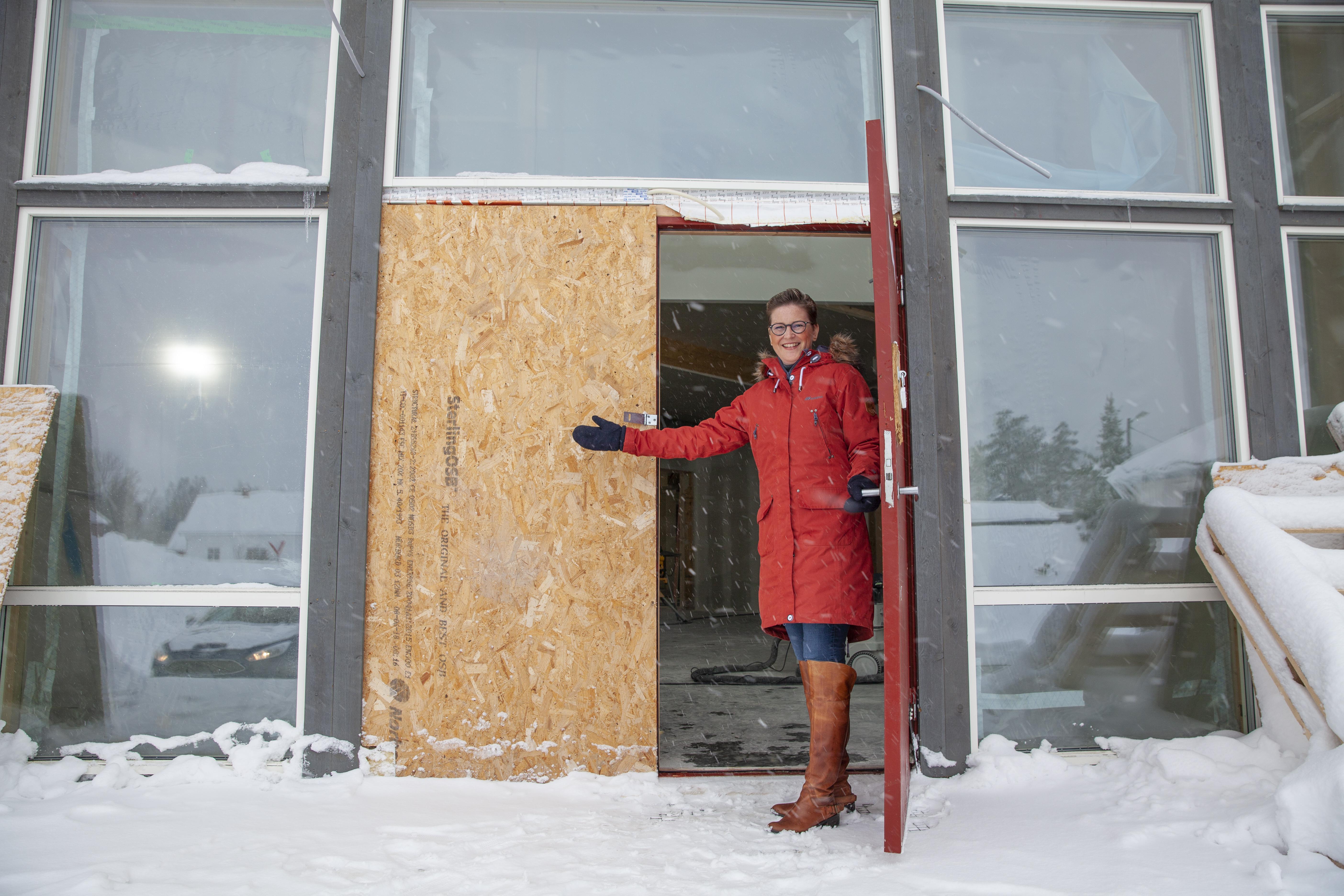 Kom inn: Camilla Saga, leder i byggekomiteen for Guds Menighet, er klar for å vise rundt i det nye tilbygget til forsamlingshuset på Vegårshei.
