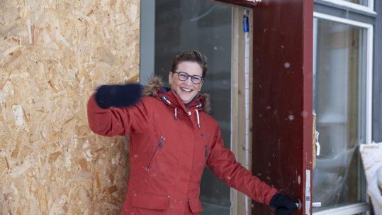 Leder for byggekomiteen i Guds Menighet, Camilla Saga, viser rundt i det nye tilbygget som skal stå ferdig til påsken.