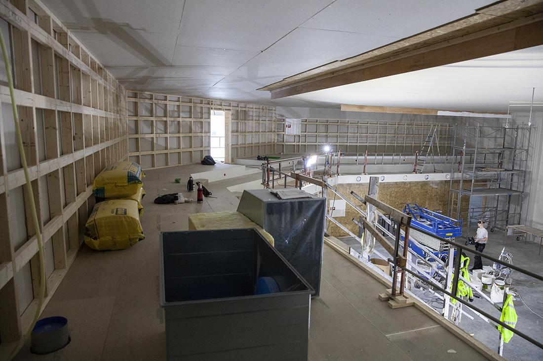 Galleri med sving: Over storsalen fyller galleriet to sider. I svingen er det dør ut til en utkikkspost til inngangspartiet.