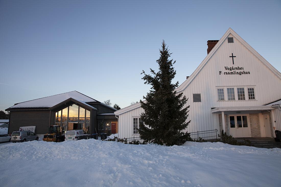 Gammelt og nytt: Det nye tilbygget til forsamlingshuset er kledd i brunt vedlikeholdsfritt kledning som står i kontrast til det hvite gamle bygget.