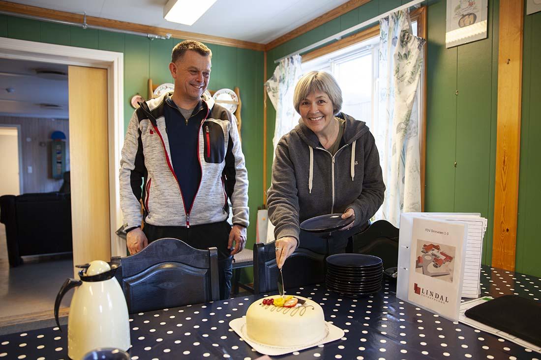 Prosjektleder i eiendomsavdelingen til Risør kommune, Astrid Renate Selen, serverte marsipankake til prosjektleder i Lindal Hus, Trond Glidje.