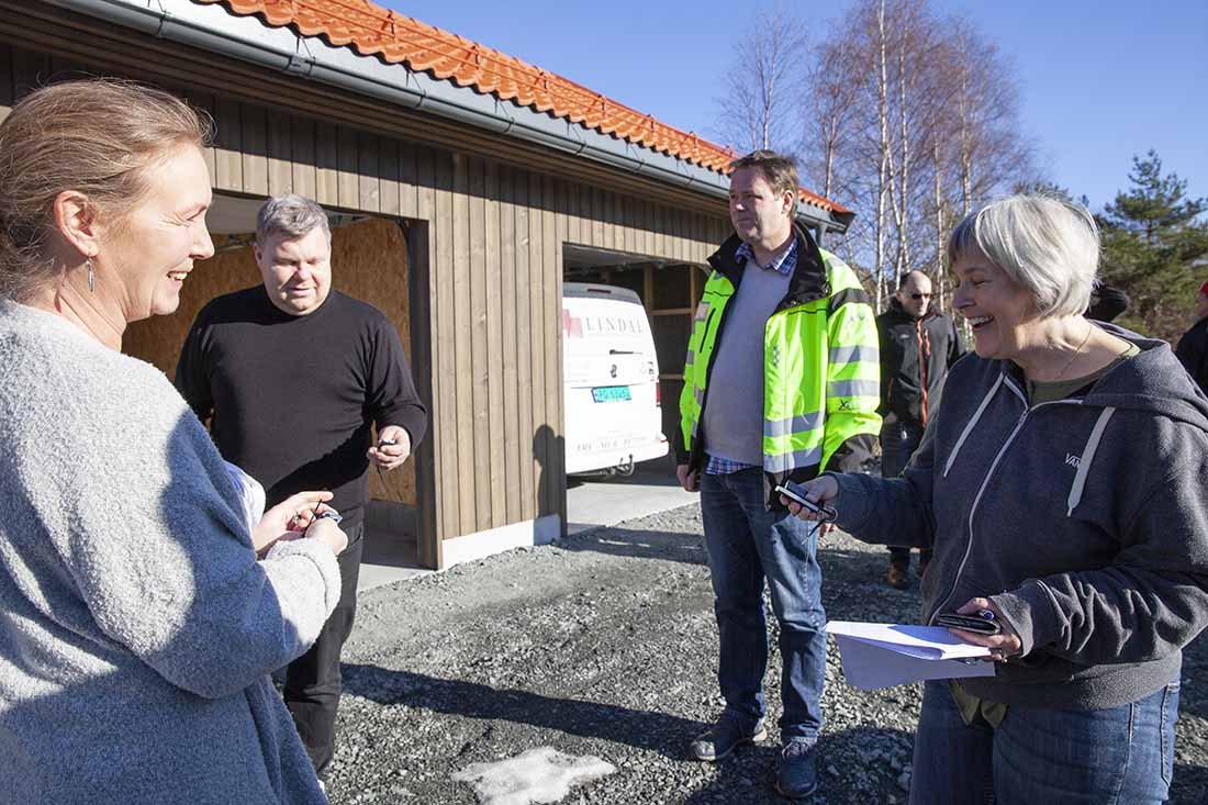 Torunn Ingvaldsen, Torstein Nydal og Astrid Renate Selen prøver ut fjernkontrollen til garasjeportene.